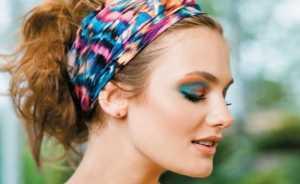 Mulher-de-lenço-colorido